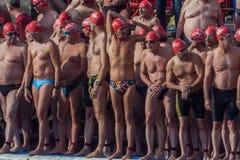 圣诞节港口游泳2015年,巴塞罗那,口岸Vell - 12月25日:游泳者在为比赛准备的圣诞老人帽子 免版税库存图片