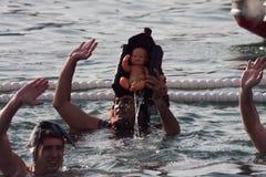 圣诞节港口游泳2015年,巴塞罗那,口岸Vell - 12月25日:游泳者在为比赛准备的圣诞老人帽子 库存图片