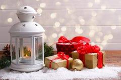 圣诞节灯笼和礼物盒 免版税库存图片