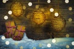 圣诞节灯笼,在雪的礼物 库存图片