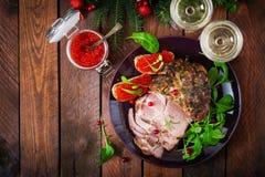 圣诞节烘烤了火腿和红色鱼子酱,供食在老木桌上 免版税库存图片
