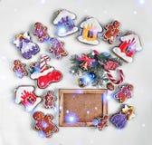 圣诞节烘烤和装饰在白色和一个空的木制框架的您的文本 特写镜头 顶视图, 免版税库存图片