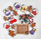 圣诞节烘烤和装饰在白色和一个空的木制框架的您的文本 特写镜头 顶视图, 库存照片