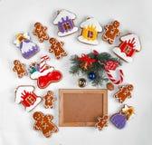 圣诞节烘烤和装饰在白色和一个空的木制框架的您的文本 顶视图,特写镜头 免版税库存图片