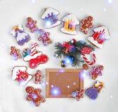 圣诞节烘烤和装饰在白色和一个空的木制框架的您的文本 顶视图,特写镜头 库存图片
