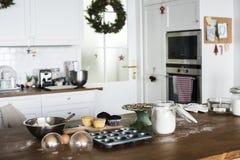 圣诞节烘烤在厨房里 免版税图库摄影