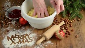 圣诞节烘烤法,红色球,圣诞节装饰,酥皮点心 在桌上的面粉快活的X-mas 曲奇饼 股票录像