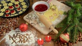 圣诞节烘烤法,红色球,圣诞节装饰,酥皮点心 在桌上的面粉快活的X-mas 曲奇饼 影视素材