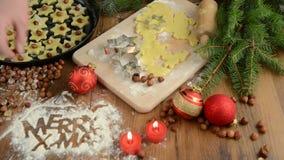 圣诞节烘烤法,红色球,圣诞节装饰,酥皮点心 在桌上的面粉快活的X-mas 曲奇饼 股票视频