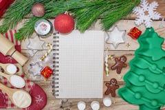 圣诞节烘烤的蛋糕背景 与大方的本体空间的一本食谱书 成份和工具为烘烤-面粉 免版税库存照片