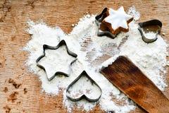 圣诞节烘烤背景用面粉,曲奇饼切削刀 图库摄影