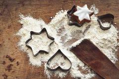 圣诞节烘烤背景用面粉,曲奇饼切削刀 免版税库存照片