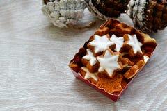 圣诞节烘烤背景用面粉,曲奇饼切削刀 免版税库存图片