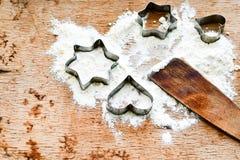 圣诞节烘烤背景用面粉,曲奇饼切削刀 库存图片