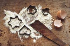 圣诞节烘烤背景用面粉,曲奇饼切削刀 免版税图库摄影