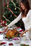 圣诞节烤服务的火鸡妇女 免版税库存照片