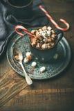圣诞节热巧克力用蛋白软糖和可可粉,拷贝空间 免版税库存照片
