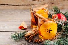 圣诞节热的苹果汁用桂香、茴香和桔子 免版税库存照片