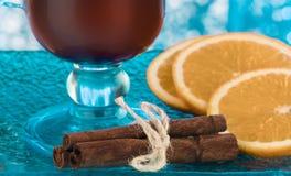 圣诞节热的茶用桔子、姜和桂香 库存照片