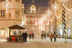 圣诞节照明在Mideval镇中心 库存照片