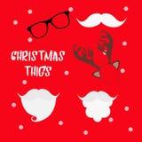 圣诞节照片摊支柱设置了与圣诞老人帽子和胡子、驯鹿鹿角、髭和玻璃 在当事人丝绸二白色的香槟装饰装饰空的玻璃 圣诞节帽子 库存图片