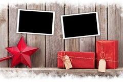 圣诞节照片框架、礼物和装饰 免版税图库摄影