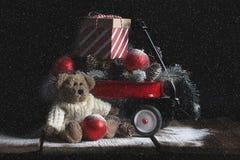 圣诞节熊红色无盖货车 免版税库存图片
