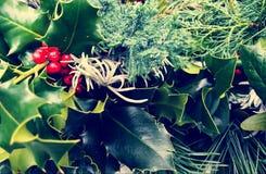 圣诞节特写镜头加冠构成 杉木和月桂树分支-葡萄酒减速火箭的圣诞节概念顶视图  图库摄影