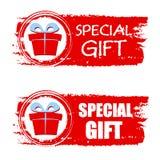 圣诞节特别礼物和当前箱子在红色被画的横幅 免版税库存照片