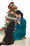 圣诞节狗礼品她共享的妇女 图库摄影