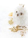 圣诞节猫头鹰和装饰在白色雪。圣诞节明亮的c 免版税库存图片