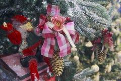 圣诞节玩具作为在树的拖钓 库存图片