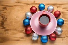 圣诞节玩具和咖啡在木桌上 库存图片
