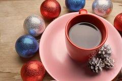 圣诞节玩具和咖啡在木桌上 免版税库存照片