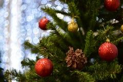 圣诞节玩具和工艺弄脏了背景bokeh 免版税库存照片