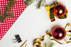 圣诞节玩具和装饰在背景 免版税图库摄影