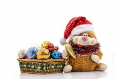 圣诞节玩具和装饰,在圣诞老人帽子的猫 库存照片