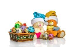 圣诞节玩具和装饰,在圣诞老人帽子的玩具熊 免版税库存图片