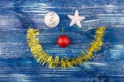 圣诞节玩具和闪亮金属片面带笑容  图库摄影