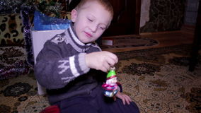 圣诞节玩具在手上 股票视频