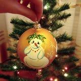 圣诞节玩具在手中 免版税库存照片