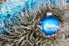 圣诞节玩具在杉树冬天 免版税库存照片