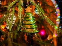 圣诞节玩具垂悬在绿色云杉的分支的圣诞树 库存照片