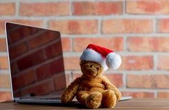 圣诞节玩具熊玩具和膝上型计算机 库存图片