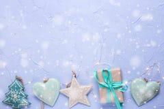 从圣诞节玩具的边界,有当前和彩色小灯的箱子 免版税库存照片