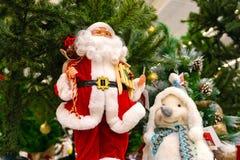 圣诞节玩具,在圣诞老人项目旁边的雪未婚 图库摄影