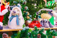 圣诞节玩具,在圣诞老人项目旁边的雪未婚 库存图片