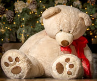 圣诞节玩具;大被充塞的玩具熊;圣诞树 免版税库存图片