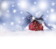 圣诞节球、丝带雪和空间抽象背景 库存图片