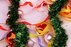 圣诞节球、冷杉木分支、蛇纹石响铃和丝带在雪的 库存照片